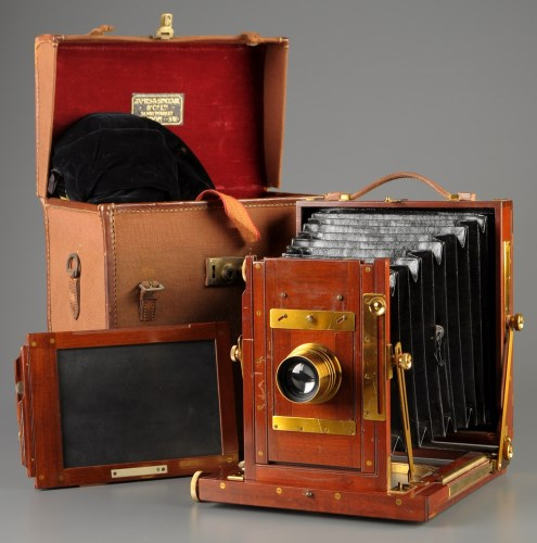 Lot 966-An early 20th Century half-plate camera,...