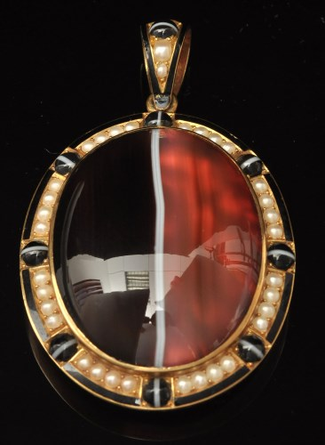 Lot 562-A Victorian banded agate and half pearl memorium...