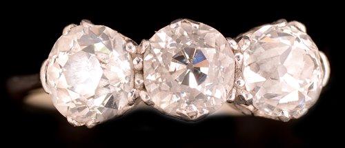 Lot 745 - Three stone diamond ring