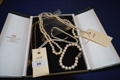 Lot 28-Cultured pearls and gold chain