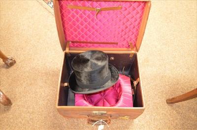 Lot 308 - Hat box