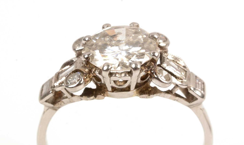 Lot 60 - A diamond dress ring
