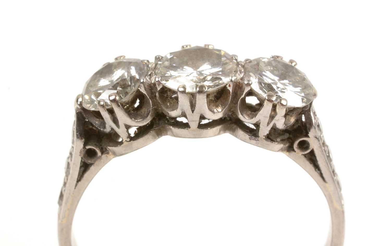 Lot 61 - Three stone diamond ring