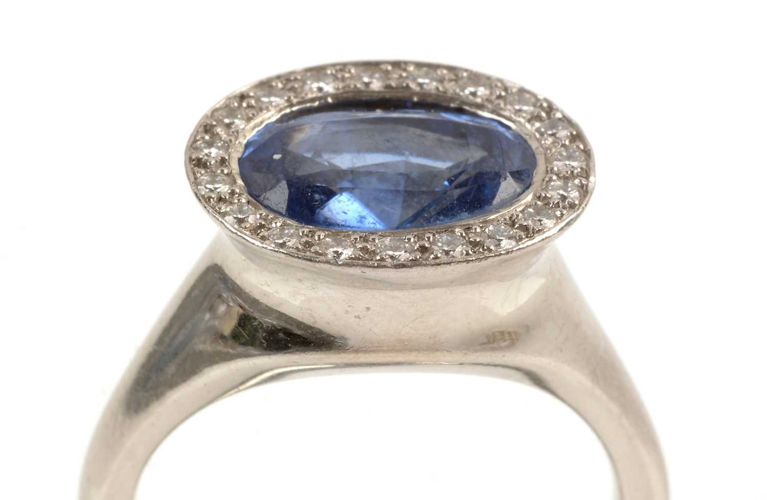 Lot 118 - Sapphire and diamond cluster ring