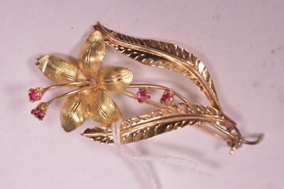 Lot 8-18ct gold flower pattern brooch