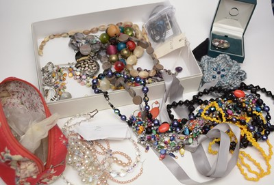 Lot 251 - A collection of costume jewellery including necklaces