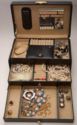 Lot 252 - A small quantity of costume jewellery
