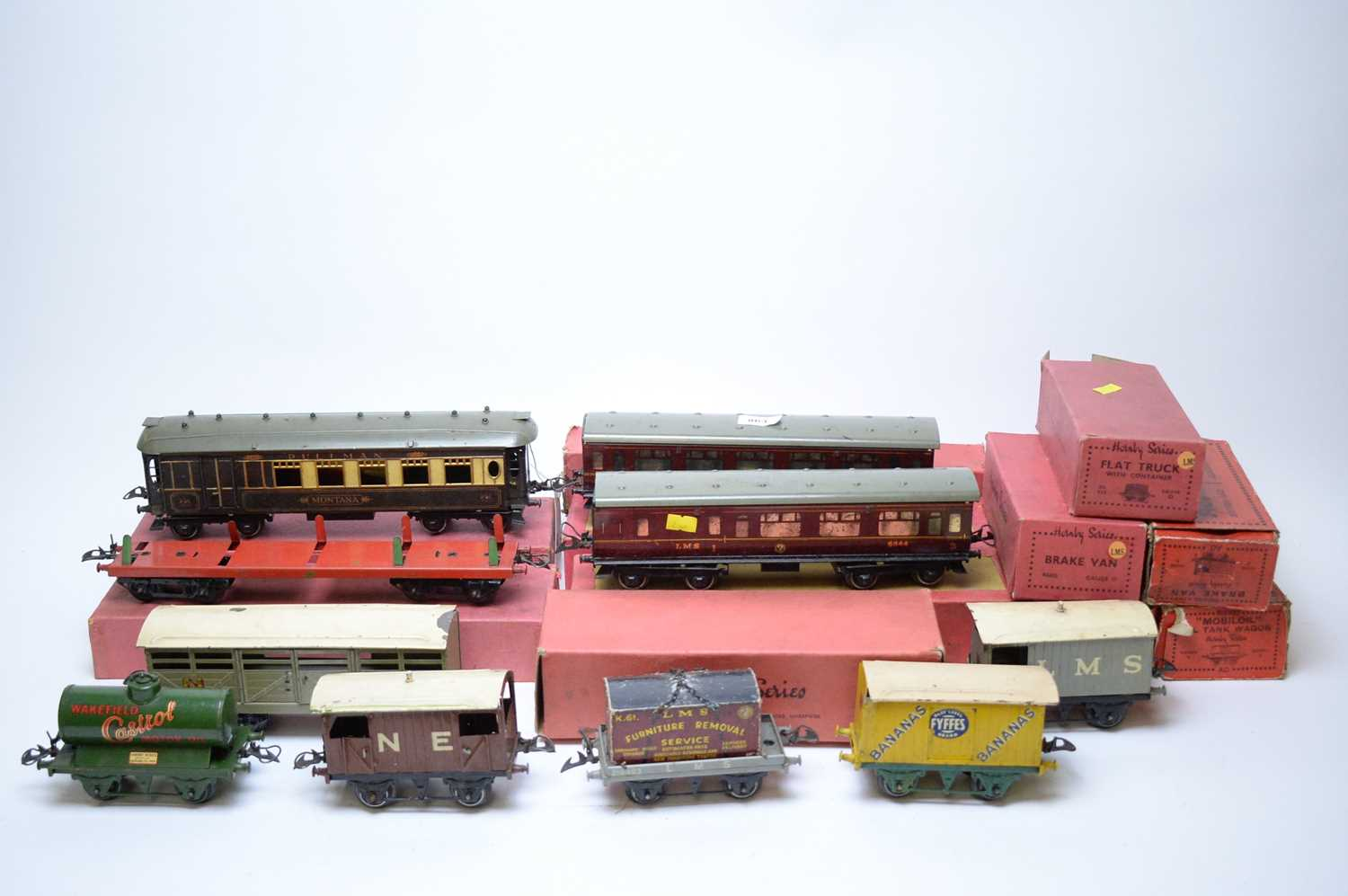 Lot 863 - Hornby Pullman coach; and other related items.