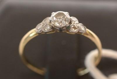 Lot 171 - Diamond dress ring