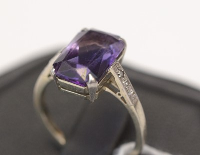 Lot 244 - An amethyst ring.