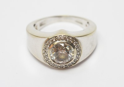 Lot 32 - A diamond cluster ring