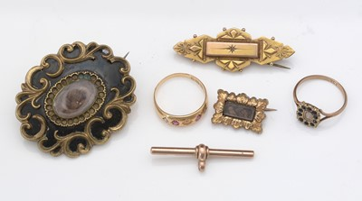 Lot 304 - A selection of jewellery items.