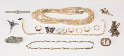 Lot 176 - A selection of gold rings; brooches; etc.