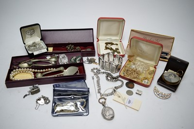 Lot 187 - A selection of silver and other costume jewellery