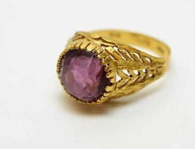 Lot 231 - An amethyst ring
