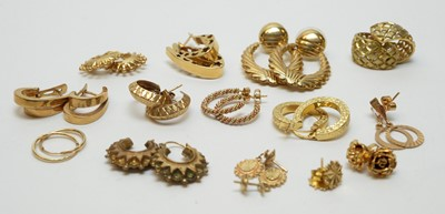 Lot 207 - Fourteen pairs of gold and yellow metal earrings