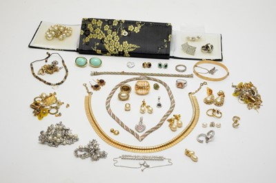 Lot 211 - A selection of gold, yellow metal and gilt metal jewellery