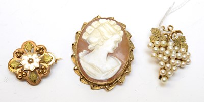 Lot 4 - Three vintage 9ct gold brooches.