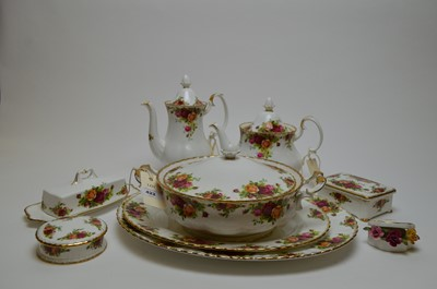 Lot 422 - An extensive Royal Albert 'Old Country Roses' part dinner and tea service