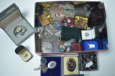 Lot 182 - A group of antique and vintage jewellery and accoutrements