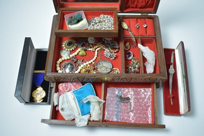 Lot 184 - A vintage jewellery box containing a quantity of vintage gold, silver and costume jewellery.