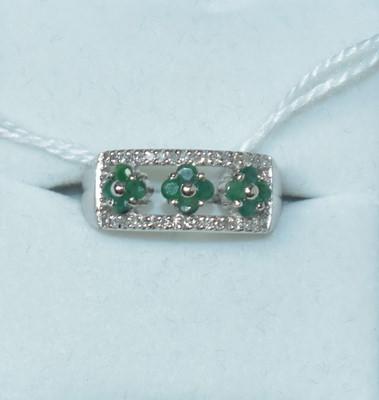 Lot 196 - A diamond and emerald dress ring
