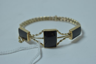Lot 204 - An onyx and yellow metal bangle