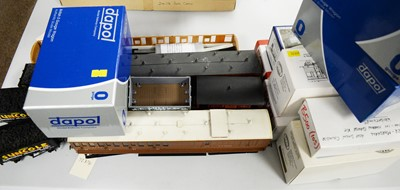 Lot 786 - Boxed and unboxed 0-gauge wagons, rolling stock and carriages.