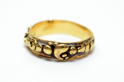 Lot 8 - An 18ct gold band.