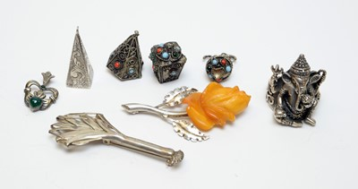 Lot 26 - Silver and white metal jewellery.