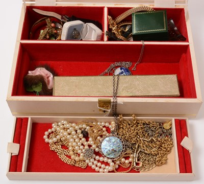 Lot 212 - A jewellery box containing a quantity of costume jewellery.