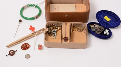 Lot 209 - Jewellery and collectors' items.