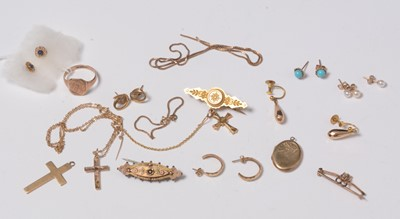 Lot 242 - A selection of yellow metal jewellery.